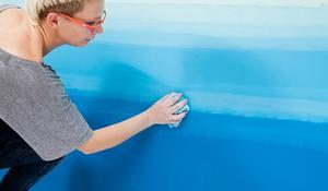 KROK V - rozcieranie farby na ścianie